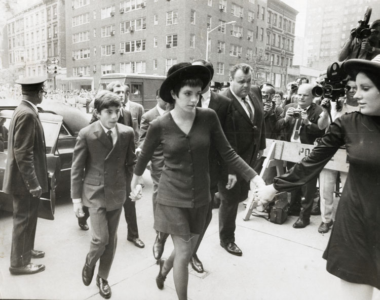 Frank Hurley - Hand in Hand Arriving for Funeral Services for Judy Garland are (l-r): Joseph Luft, Liza Minelli and Lorna Luft.