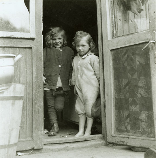 Tibor Honty - Children in Doorway (From the Trailers Cycle)